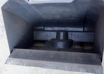 Der Auffangbehälter der Kehrmaschine Kärcher 70/15 ist recht groß und kann aufrecht stehend geleert werden.